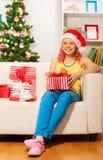 Muchacha sonriente rubia feliz con los presentes Imagen de archivo