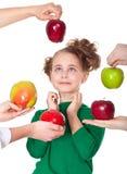 Muchacha sonriente sorprendida que elige manzanas propuestas Fotos de archivo libres de regalías