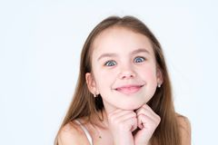 Muchacha sonriente traviesa juguetona dañosa de la emoción Imagen de archivo