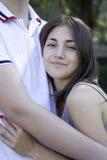Muchacha sonriente y su abarcamiento del novio Fotos de archivo libres de regalías