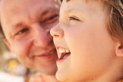 Muchacha sonriente y su papá Fotografía de archivo