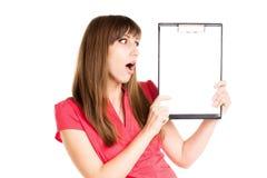 Muchacha sorprendente con la publicidad del tablero en blanco Imágenes de archivo libres de regalías