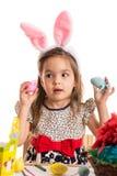 Muchacha sorprendente con los huevos de Pascua Foto de archivo libre de regalías