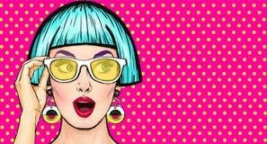 Muchacha sorprendente del arte pop en vidrios Invitación del partido Tarjeta de cumpleaños Mujer cómica Muchacha atractiva ilustración del vector