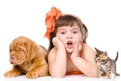 Muchacha sorprendida con el gato y el perro Aislado en el fondo blanco Imagen de archivo libre de regalías
