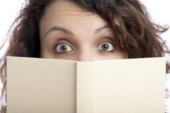 Muchacha sorprendida con el libro Fotos de archivo