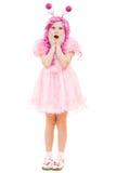 Muchacha sorprendida con el pelo rosado en una alineada rosada Foto de archivo libre de regalías