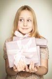 Muchacha sorprendida con el rectángulo de regalo Fotografía de archivo libre de regalías