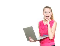 Muchacha sorprendida con la computadora portátil Fotografía de archivo libre de regalías