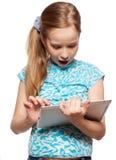 Muchacha sorprendida con una tableta Fotos de archivo libres de regalías