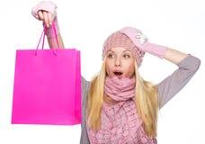 Muchacha sorprendida del adolescente en sombrero del invierno con el bolso de compras Imágenes de archivo libres de regalías