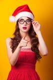 Muchacha sorprendida en alineada roja Foto de archivo libre de regalías