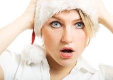 Muchacha sorprendida en el sombrero de Santa. fotos de archivo