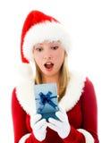 Muchacha sorprendida que abre un regalo de Navidad Foto de archivo libre de regalías