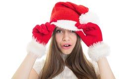 Muchacha sorprendida que lleva el sombrero de Papá Noel Foto de archivo