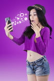 Muchacha sorprendida que mira el mensaje en smartphone Foto de archivo libre de regalías