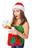 Muchacha sorprendida que sostiene un calcetín de la Navidad. Imagen de archivo libre de regalías
