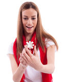 Muchacha sorprendida que sostiene un regalo Foto de archivo