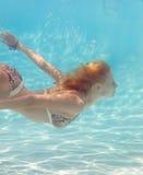 Muchacha subacuática en la piscina Fotos de archivo