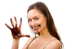 Muchacha sucia en chocolate imagenes de archivo
