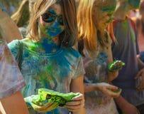 Muchacha sucia feliz durante festival Fotos de archivo