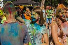 Muchacha sucia feliz durante festival Imagenes de archivo