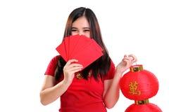 Muchacha tímida linda en el vestido del cheongsam aislado Foto de archivo libre de regalías