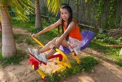 Muchacha tailandesa asiática con la máquina del ejercicio en parque público Imagen de archivo