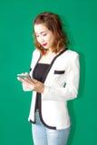Muchacha tailandesa asiática en charla de la mirada del negocio con el teléfono móvil communic Fotos de archivo
