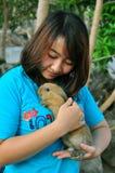 Muchacha tailandesa con el conejo Fotografía de archivo
