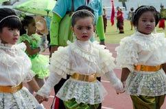 Muchacha tailandesa en alineada tradicional durante adentro un desfile Imágenes de archivo libres de regalías