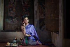 Muchacha tailandesa hermosa en traje tradicional tailandés Foto de archivo