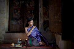 Muchacha tailandesa hermosa en traje tradicional tailandés Imagen de archivo