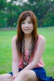 Muchacha tailandesa que se relaja en el parque Fotografía de archivo