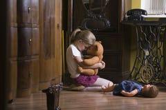 Muchacha Teddy Bear In Home de abarcamiento Foto de archivo