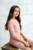 Muchacha Teenaged en vestido del cordón contra la pared de ladrillo Fotografía de archivo libre de regalías