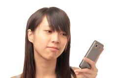 Muchacha texting en el teléfono Imagenes de archivo