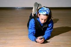 Muchacha texting en el teléfono móvil Imágenes de archivo libres de regalías