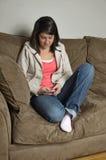 Muchacha texting un amigo Imágenes de archivo libres de regalías