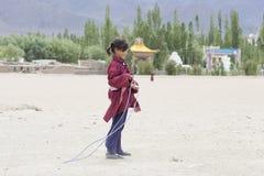 Muchacha tibetana que salta en una cuerda que salta en el blanco Lotus School de Druk Ladakh, la India Foto de archivo libre de regalías