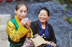 Muchacha tibetana y su madre Imagenes de archivo