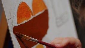 Muchacha todavía que pinta la vida en pinturas de aceite, afición creativa, interesante, escuela de arte metrajes
