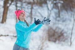 Muchacha tonta que juega con nieve Foto de archivo libre de regalías