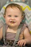 Muchacha tonta que se divierte mientras que come habas verdes Imagen de archivo libre de regalías