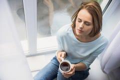 Muchacha tranquila con la taza de té Foto de archivo