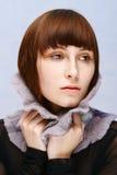 Muchacha tranquila con las pecas en collar de lana Fotografía de archivo