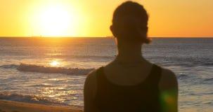 Muchacha tranquila de la yoga que medita y que relaja al aire libre forma de vida de la salud almacen de metraje de vídeo