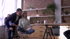 Muchacha tranquila joven del oficinista que se relaja y que medita en el lugar de trabajo que se sienta en actitud de la yoga con metrajes