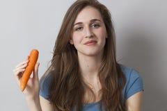 Muchacha tranquila 20s con el símbolo de verduras a disposición Foto de archivo
