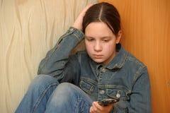 Muchacha trastornada con el teléfono Imagen de archivo libre de regalías
